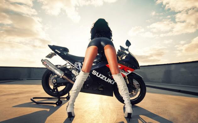 девушки без трусов на мотоцикле и на машинах