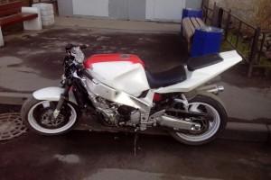 Белый Yamaha FZR 1000 1990, угнан 19 мая