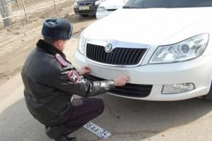 Сотрудники ГИБДД больше не имеют право снимать номера с автомобилей и других транспортных средств.