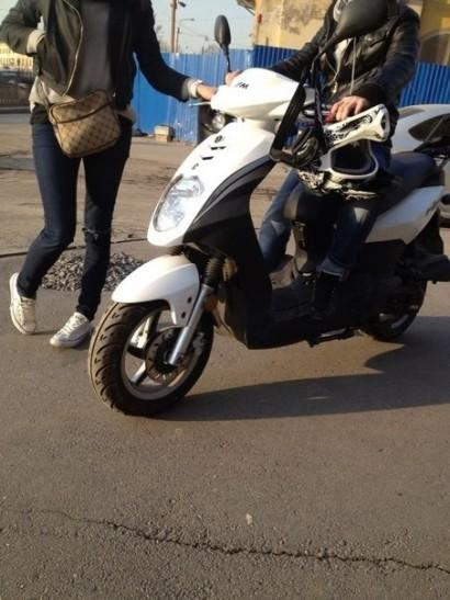 В угоне белый Sym Orbit 50 2012