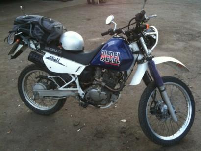 В угоне белый Suzuki Djebel 200 2002
